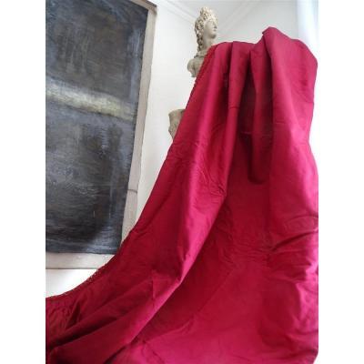 Une Tenture XIXème  En Soie De Couleur Rose Framboise Et Sa Passementerie