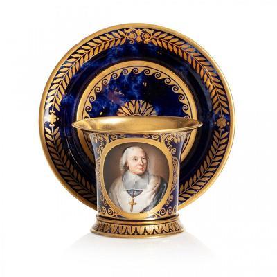 Tasse Et Sa Soucoupe En Porcelaine De Sèvres Au Portrait De l'Abbé Bossuet