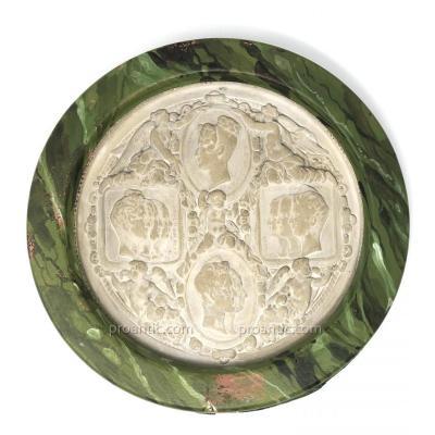 Grand Médaillon En Plâtre aux Profils de la Famille d'Orléans