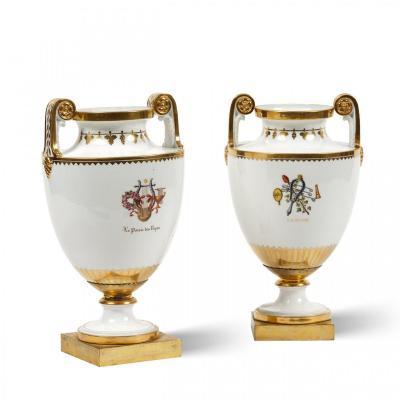 Paire De Vases En Porcelaine De Sèvres Du XIXe Siècle Montés En Bronze Doré à Décor d'Attributs