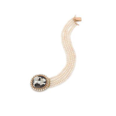 Bracelet en perles orné d'un camée sur agate à décor d'une scène historique monté en or du XIXe siècle