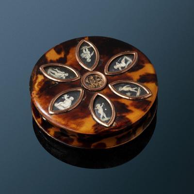 Boite ronde En écaille de La Fin Du XVIIIe Siècle Ornée De Miniatures En Grisaille attribuées à Sauvage