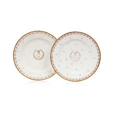 Paire d'assiettes en porcelaine de Sèvres du service des Princes ou des Officiers au chiffre du roi Louis XVIII