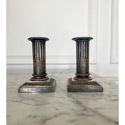 Paire de petits flambeaux de toilette de style Louis XVI en métal argenté.