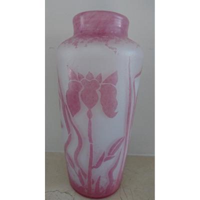 Vase Art Nouveau.  Signé Bendor. Iris. H. 23 Cm.