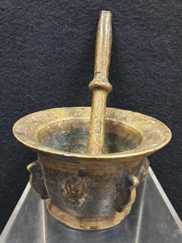 Mortier Bronze aux visages XVIIe Siècle -photo-3
