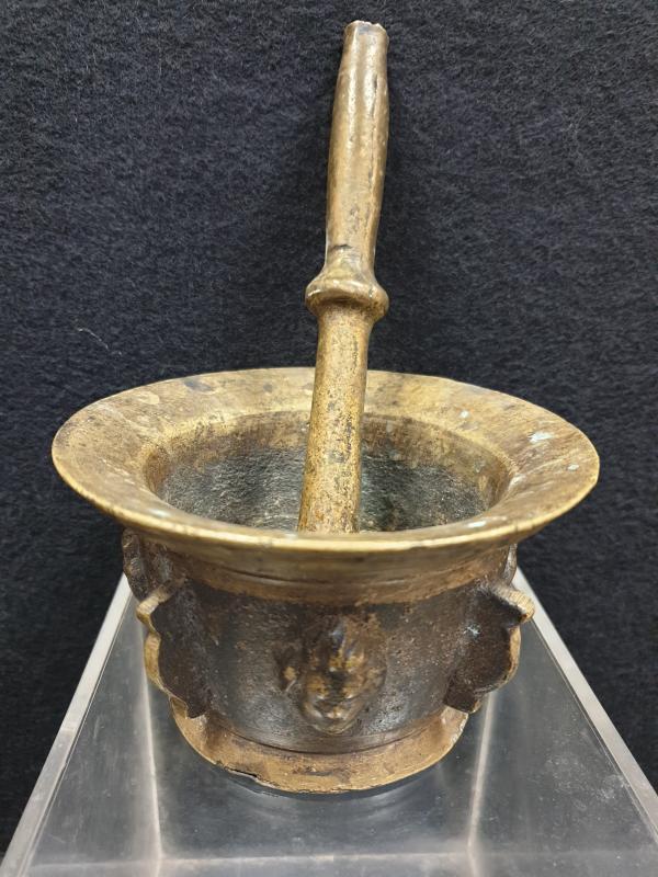 Mortier Bronze aux visages XVIIe Siècle -photo-4