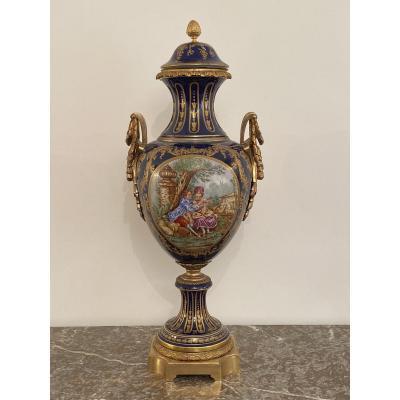 Grand Vase En Porcelaine Bleu Dans Le Gout De Sevres Bronze Doré