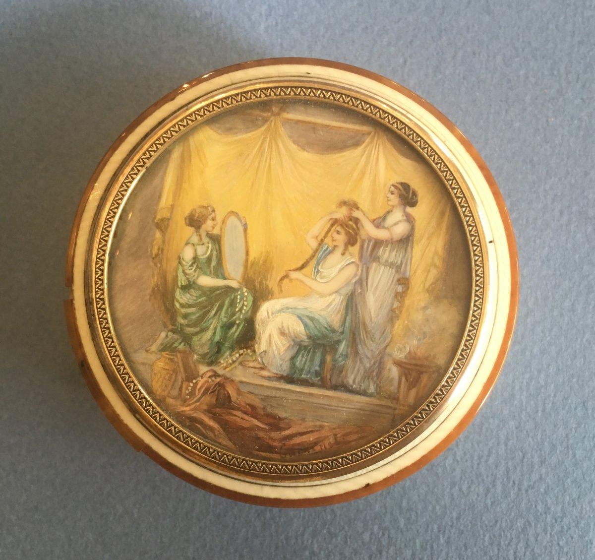 Belle Boite Ronde Avec Sur Le Couvercle Une Miniature De Femme à Sa Toilette. Fin XVIII Iéme
