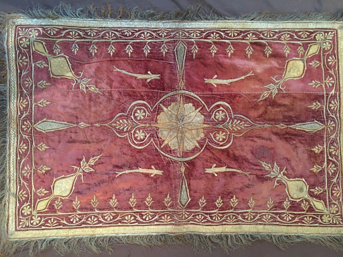 Panneau rectangulaire en velours frappé brodé de fil d'argent et or avec frange Travail Ottoman
