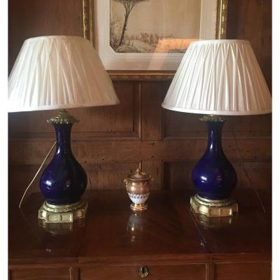 Paire de Lampes époque Napoléon III en Porcelaine Bleu de Sèvres et Montures en Bronze.
