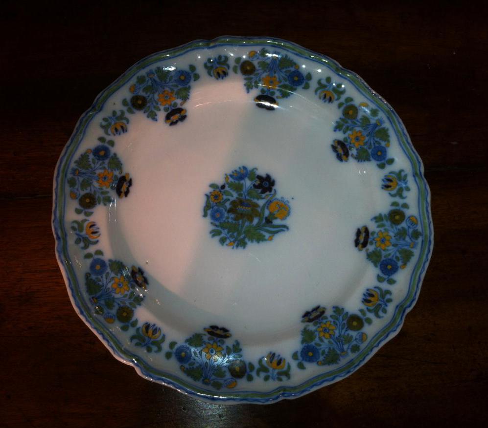 Assiette en Moustiers à décor de fleurs de solanées