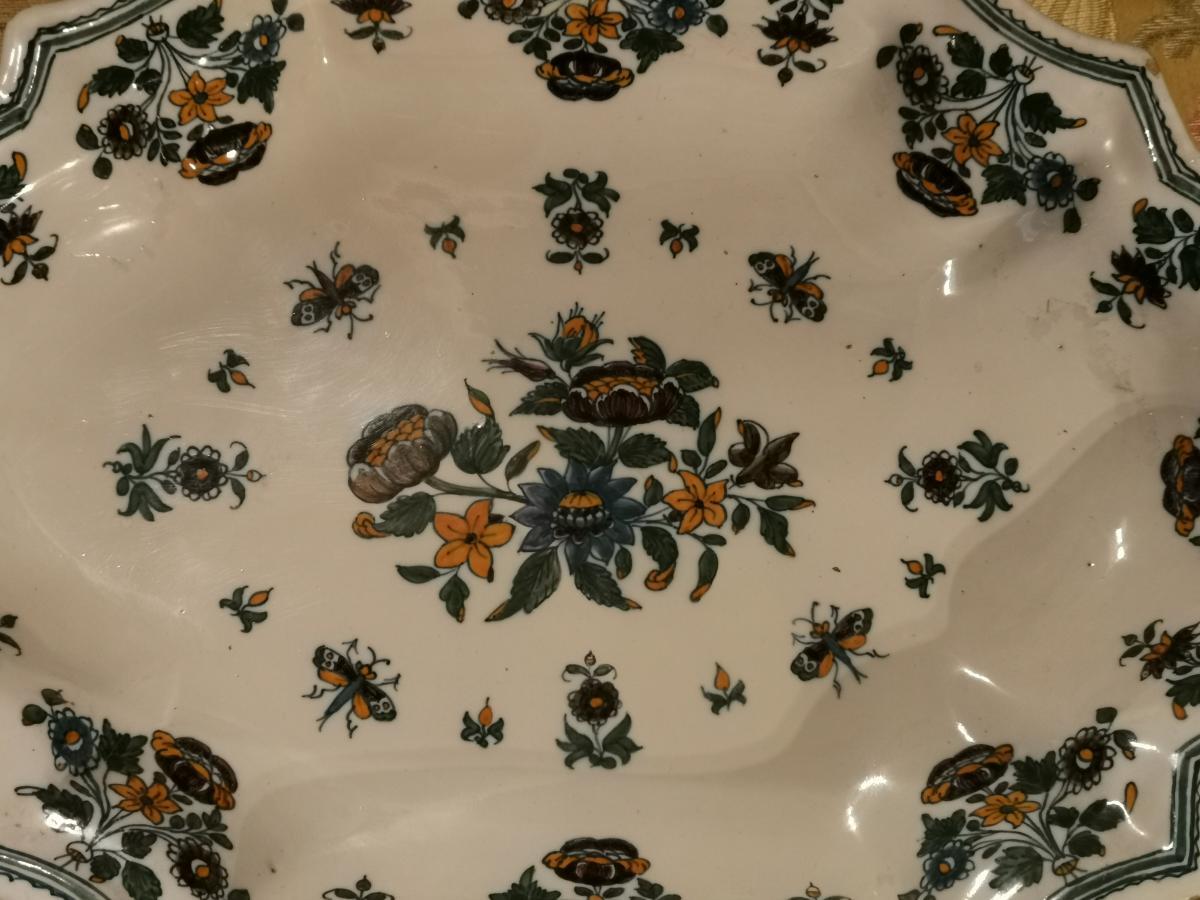 Plat en Moustiers polychrome aux papillons et solanées.-photo-4