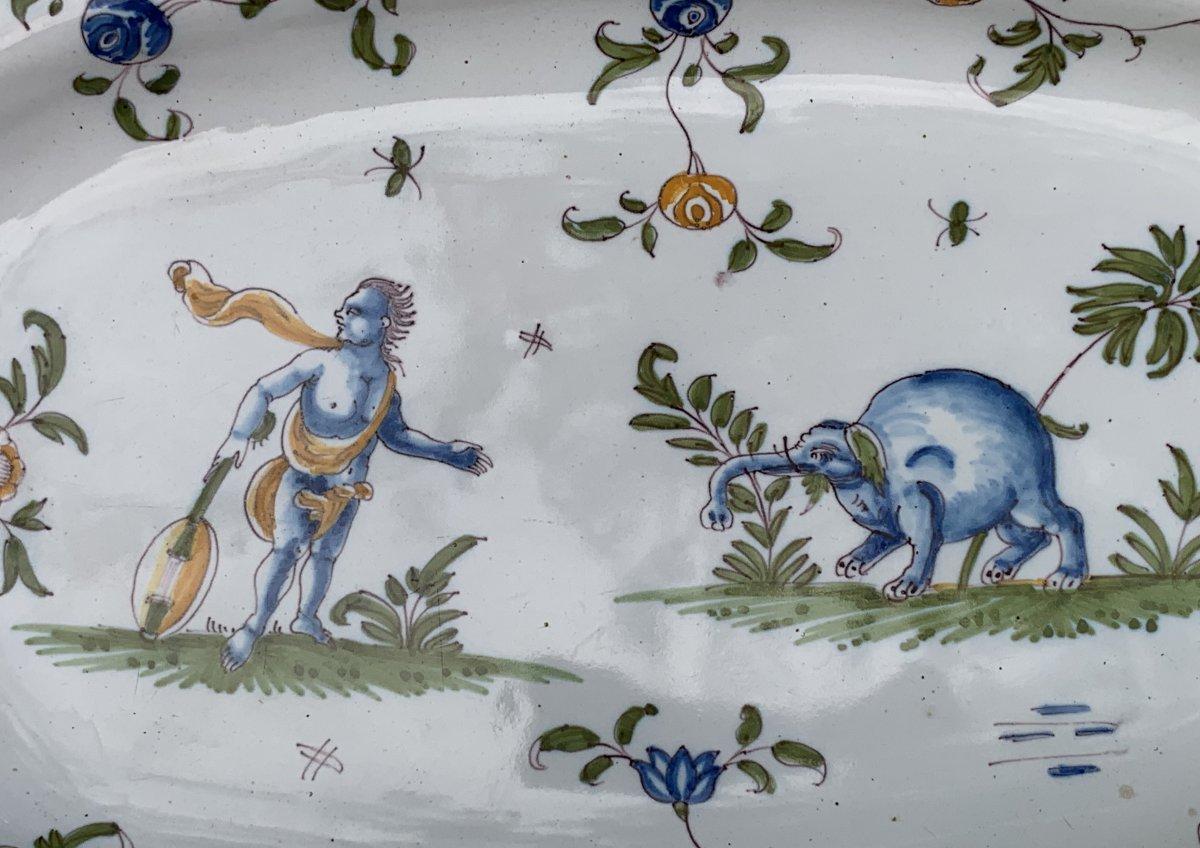 Plat faïence Moustiers XVIIIe curieux décor d'1 Grotesque avec instrument musique & ELEPHANT !-photo-2
