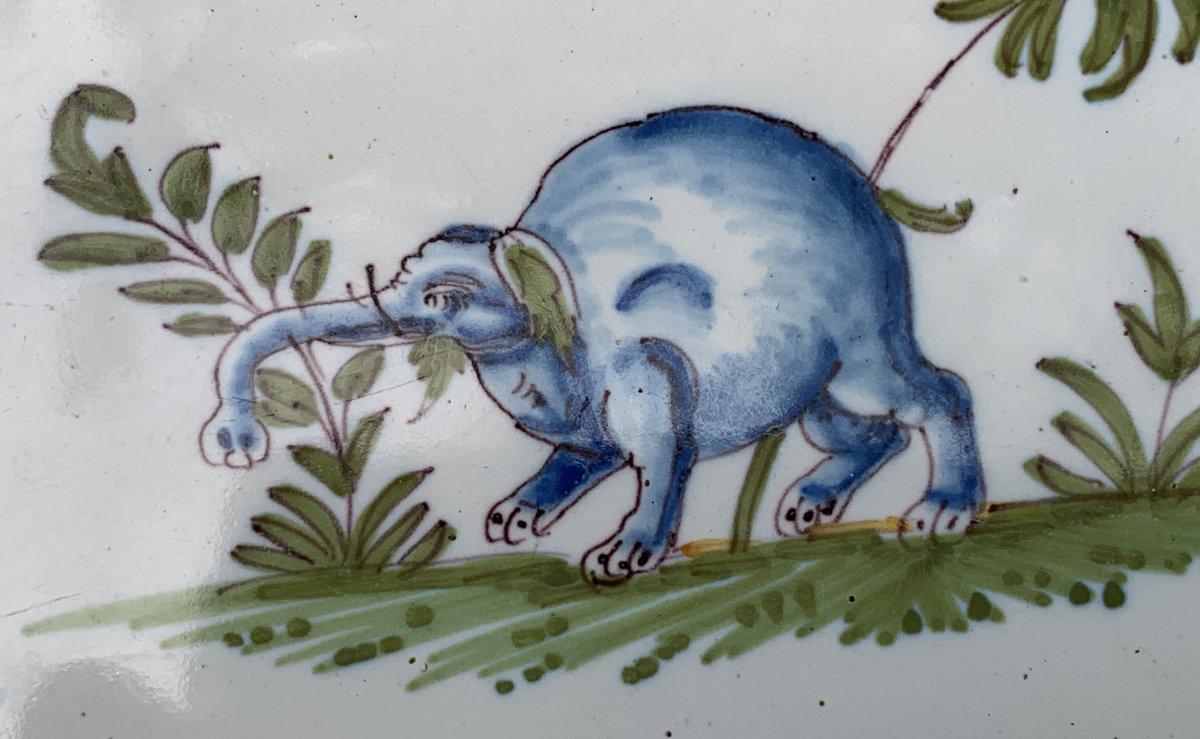 Plat faïence Moustiers XVIIIe curieux décor d'1 Grotesque avec instrument musique & ELEPHANT !-photo-3