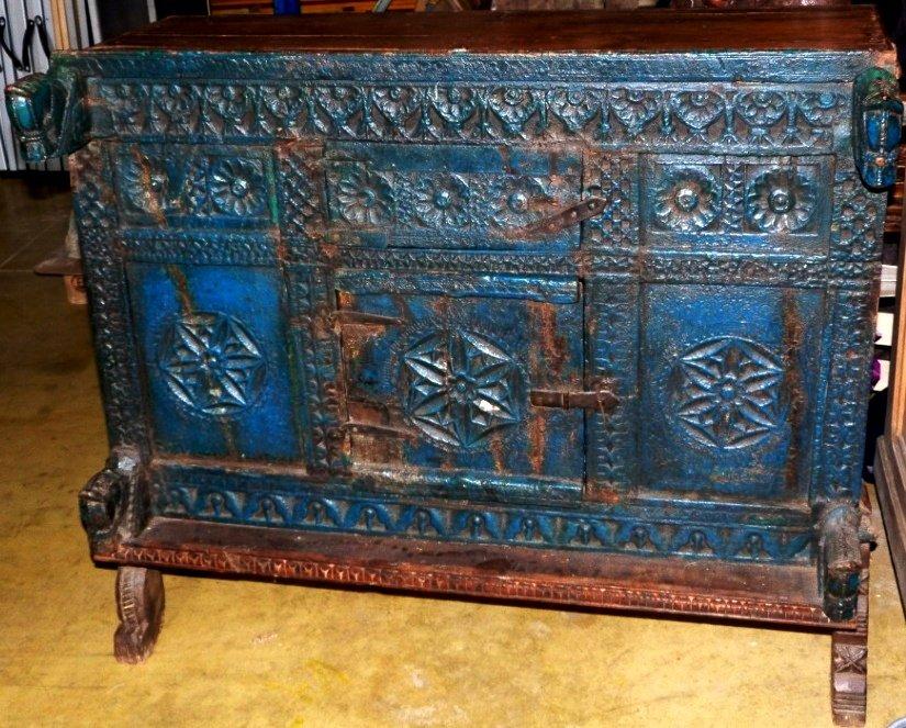Meuble traditionnel indien Pittara bois sculpté polychrome bleu, sur pieds hauts XIX-XXe s