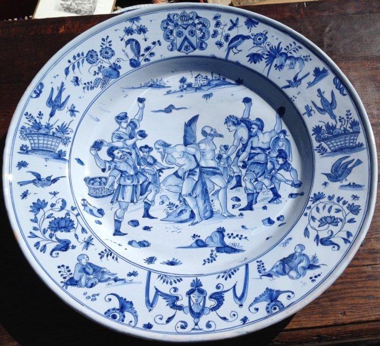 Gd plat Nevers vers 1660, décor historié Martyre St Etienne? armorié, camaïeu bleu