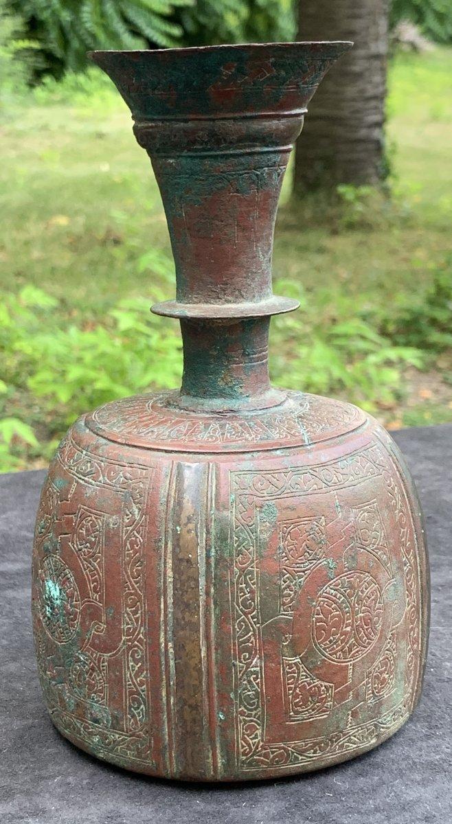 XII-XIVe s Bouteille bronze pâtine rouge & verte KOROSAN Perse, pseudo légende épigraphiq