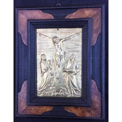 Plaque en bronze doré, Crucifixion de la fin du XVIe (très épaisse dorure d'origine) et son cadre holl en bois guilloché noir et placage loupe de noyer