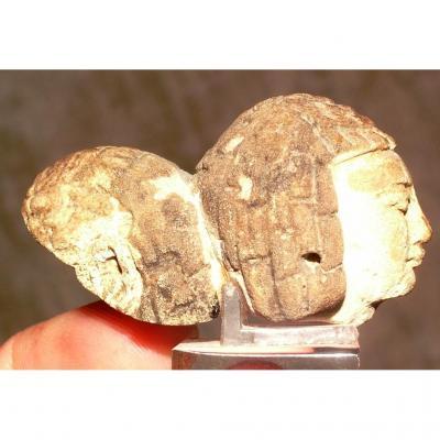 Authentique amulette en  fritte égyptienne,  têtes d' esclaves jumelées avec coiffes stylisées