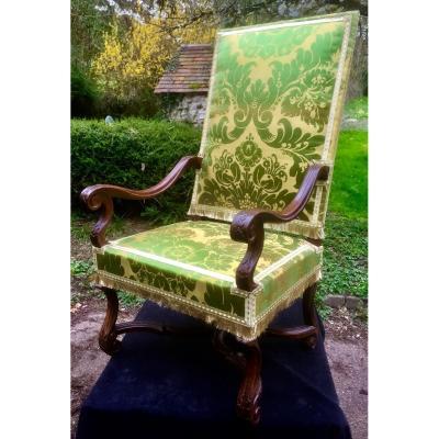 Rare et important fauteuil d'apparat en noyer sculpté d' époque Louis XIV, avec sa soierie  XIXe s et ses galons dorés et argentés, assise refaite à sangles
