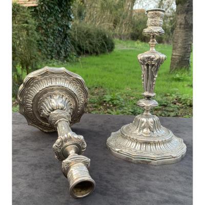 XVIIIe s belle paire de bougeoirs finement ciselés en bronze argenté époque Transition