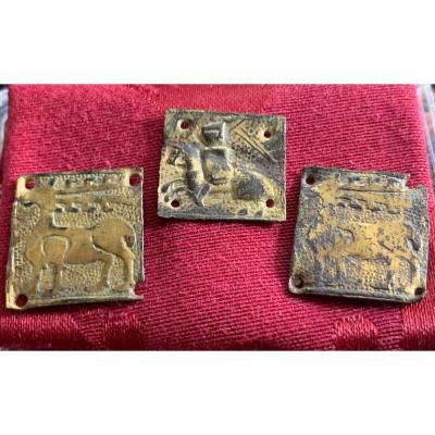 3 médailles médiévales carrées en laiton doré, 2 avec 1 cerf et 1 avec chevalier, circa XIVe S
