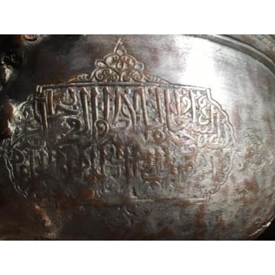 Bassin / tas creux cuivre étamé Mamluk XIVe s cartouches inscripions stylisées, restaurations