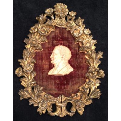 Cadre bois doré oval, fond velours rouge & profil antiq empereur romain marbre, Italie déb XVIIe