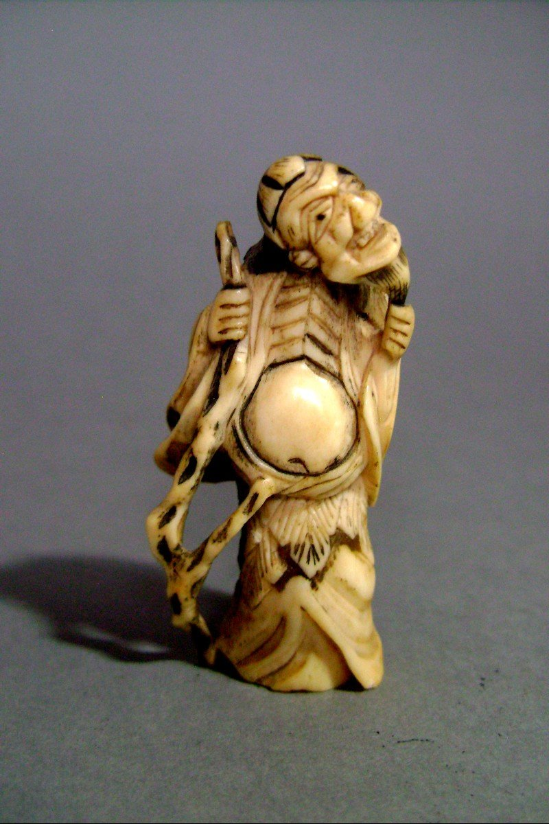 Netsuke en ivoire. Sennin Gama .  Japon époque EDO (1603-1868 )