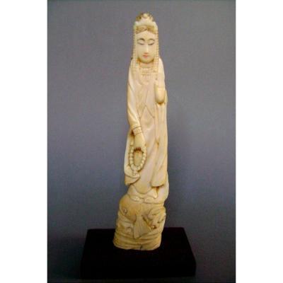 Okimono en ivoire. La déesse Kannon sur une carpe koï. Japon début XXème.