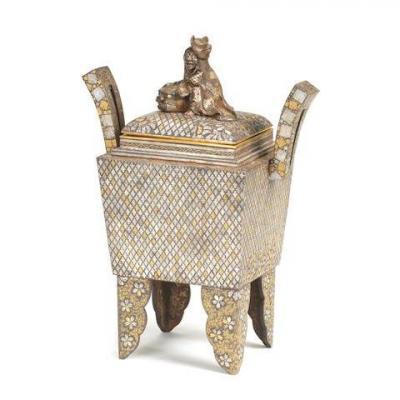 Un Koro et un couvercle incrustés d'or et d'argent en fer / An Iron Gold And Silver Inlaid Koro And Cover