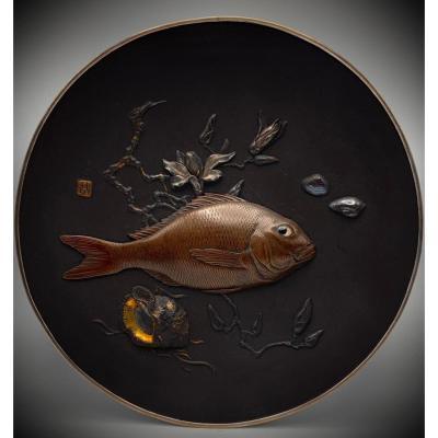 Un plat en fer incrusté naturaliste exceptionnel de Katsuhiro, période Meiji