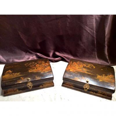 Paire de boites à perruques en bois laqué or