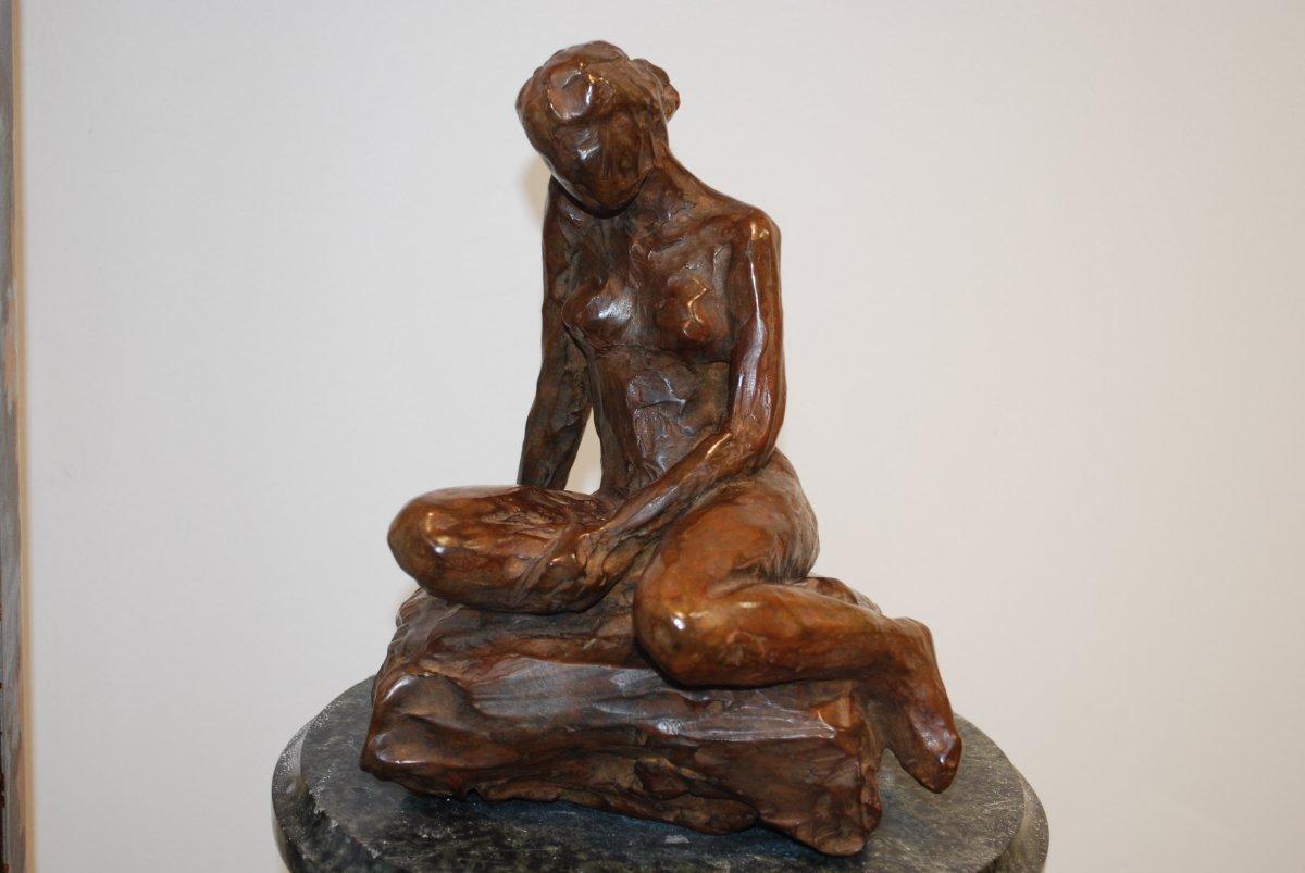Baigneuse Sur Un Rocher sculpture en bronze à patine brune par Madeleine Tézenas du Montcel