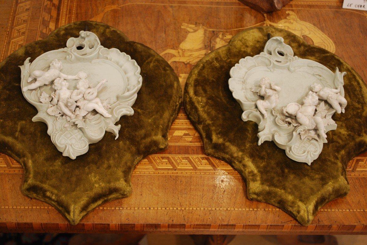 Paire De Biscuits à Décor d'Angelots Sur supports Recouverts De Velours Vert