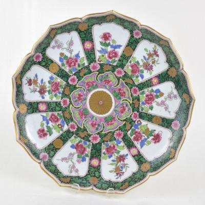 Grand Plat En Porcelaine Polychrome De Samson Style Chinoiserie.