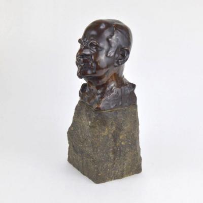 Buste d'Homme En Bronze Patiné Sur Socle De Pierre Brute 20ème