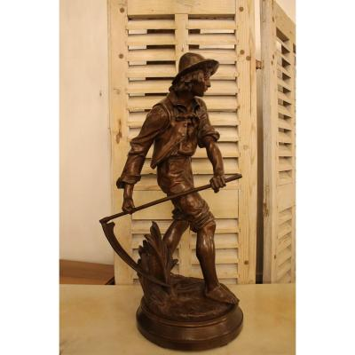 """Le Faucheur - An important sculpture with an original brown patina, it is signed on the E. AIZELIN terrace and rests on a swivel base, beautiful old cast iron from the 19th century. AIZELIN Eugène-Antoine (1821-1902) pupil of Jule Ramey and Auguste Dumont at the École des Beaux Arts in Paris in 1844, he made his debut at the Salon in 1852 and exhibited there regularly until 1897, he also participated in Universal exhibitions of 1878, 1889 and 1900. He obtained several awards at the Salon with a third medal in 1859 and a second medal in 1861, as well as at the Universal Exhibition a third medal in 1878 and a gold medal with the model. in bronze from the group """"Mignon"""" in 1889."""