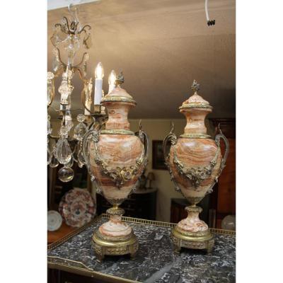 Paire De Vases Couverts En Marbre de Style Louis XVI