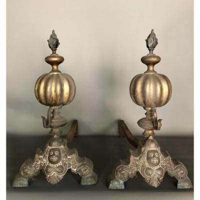 Paire De Chenets Aux Marmousets - Style Louis XIII - Fer Et Bronze
