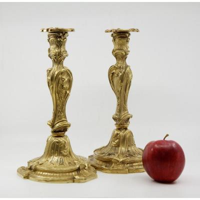 Paire de flambeaux en bronze doré de style Louis XV à la manière de Meissonnier, XIXe