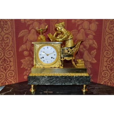 """Pendule """" La Liseuse """" De Denisart A Paris Ep Empire 1810 , Ht 34."""