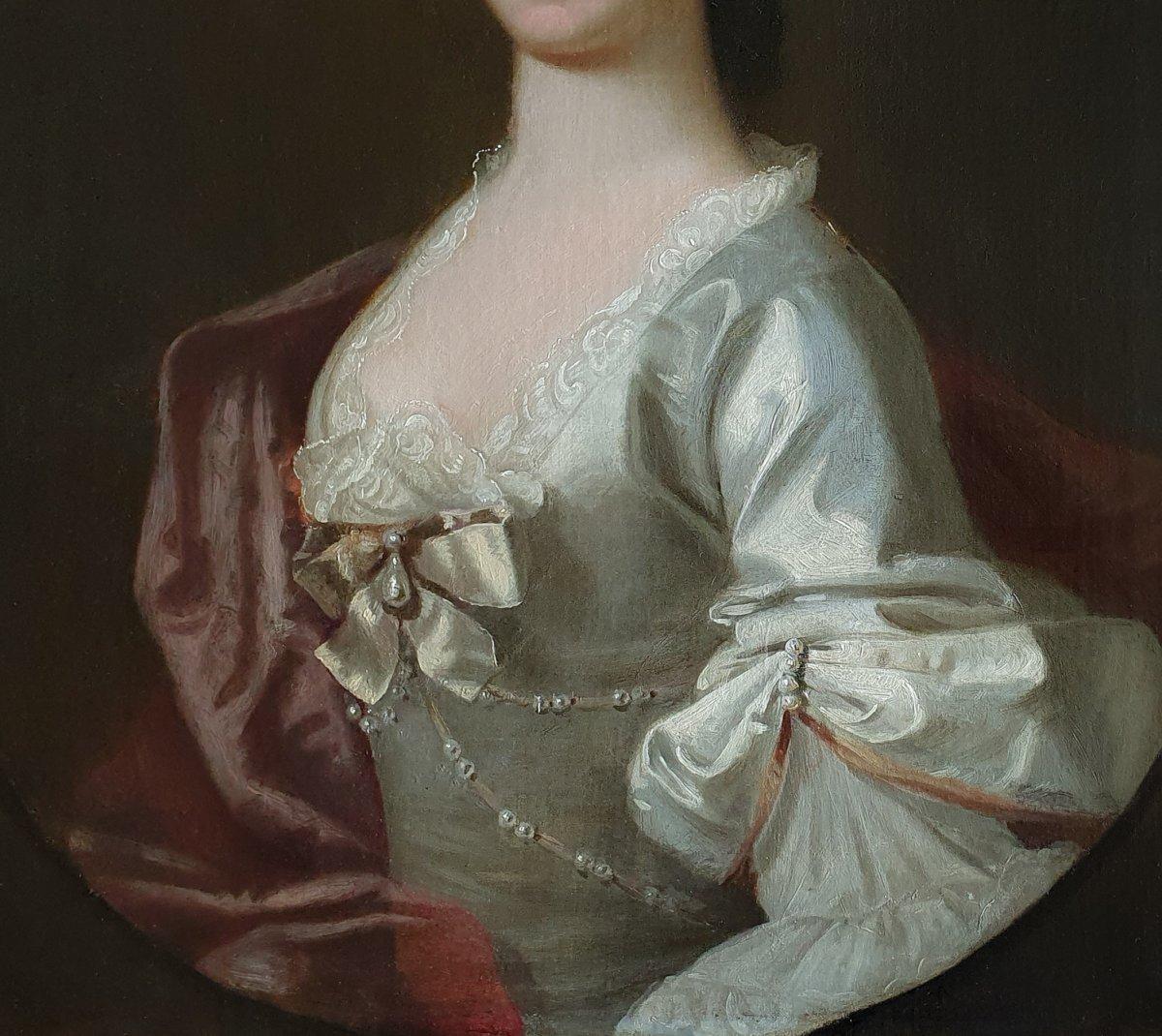 Circa 1750 Portrait Rococo d'Une Femme En Robe De Soie Avec Perles