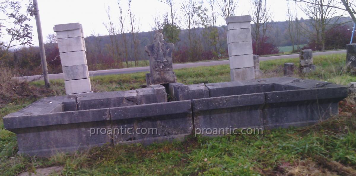 Bassin Avec Fontaine Sculptée Ancien En Pierre