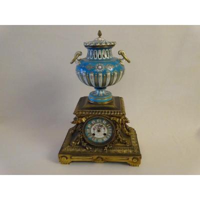 Pendule Dans Le Gout De Sèvres En émail, Bronze Et Porcelaine. Seconde Moitié Du XIXe