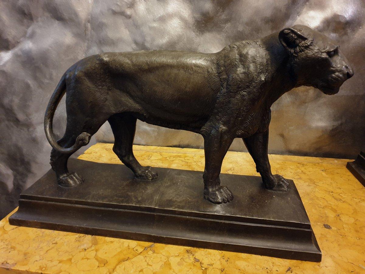 Paire des lions grands en zinc patiné faux bronze, Signée: P.J.Rouillard, Paris 1820-1881