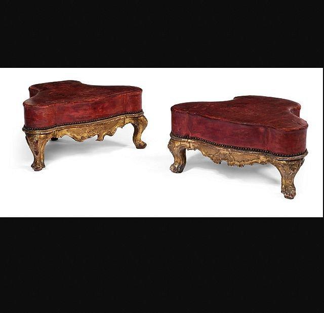 Paire des tabourets bas en bois sculpté et doré avec leur cuir d'origine, Venice  vers 1750