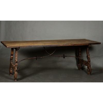 Grande table espagnole avec un piedement sculpté, Noyer et  different  bois, 18ième