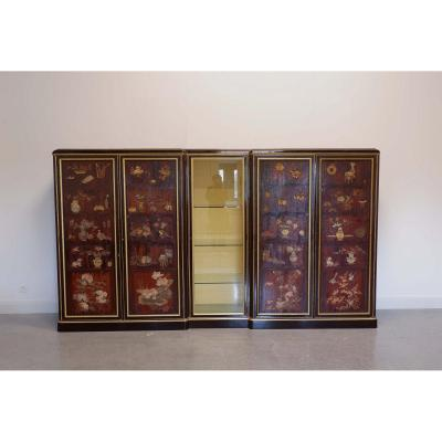 Important (display) Art Deco cabinet from la Maison Franck (1900 - 1962)  in chinese laquer. Decorated with flowers, vases, birds, chinese dogs, etc. and with gilded borders. Opens by four paneld doors and one in glass. Belgian work, Antwerp.